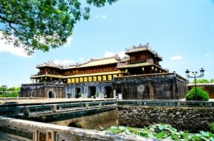 Vietnam Summer Camp 2012, young expats visit Hue