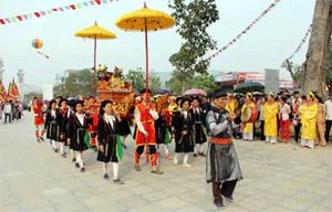 Migliaia di turisti affollano Tay Thien