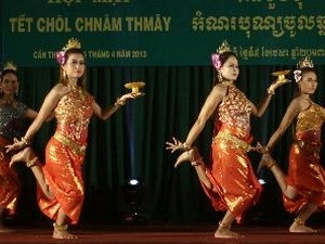 Khmer people enjoy traditional Chol Chnam Thmay Tet