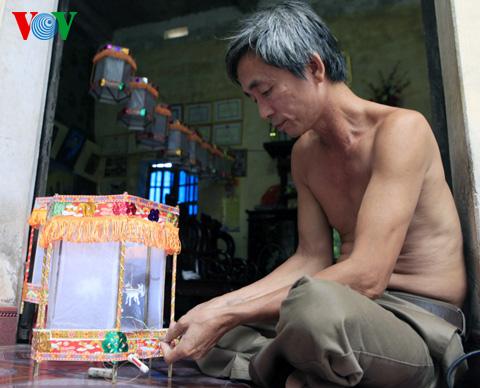 Making lanterns (den keo quan) in Cao Vien