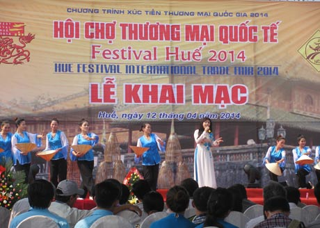 Hue Festival int'l trade fair attracts crowd
