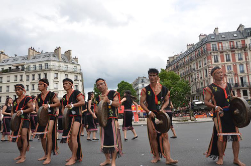 Viet Nam's gongs resound at Paris Tropical Carnival