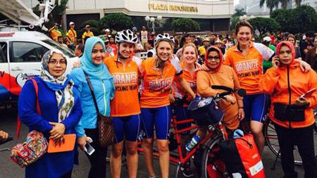 bạn bè chu kỳ Hà Lan trên khắp VN trên xe đạp được xây dựng cho hai-3