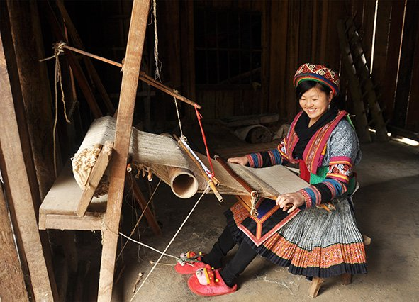 Une femme porte Mong robe de lin de brocart