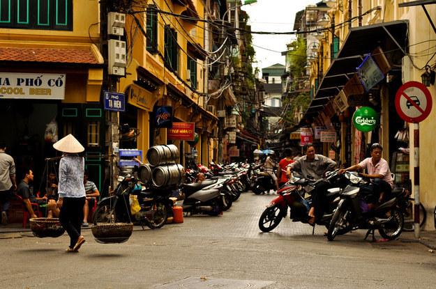 Bustling Old Quarter in Hanoi (Photo: Maarten Thewissen / Via Flickr: 29310594@N05)