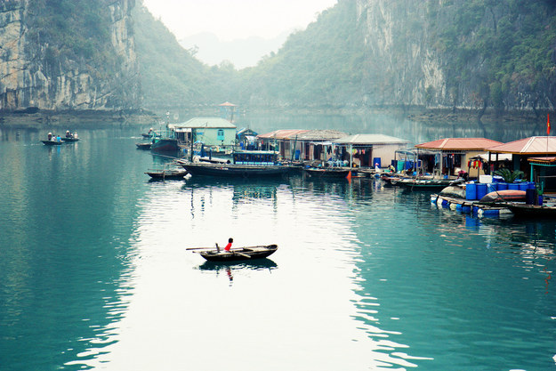 Schwimmdock Fischerdorf in Ha Long Bay (Foto: Andrea Schaffer / via Flickr: aschaf)