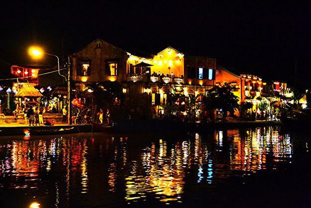 神奇江边 (照片: 阮·达克法案 / Flickr网站: 85675121@ N04)