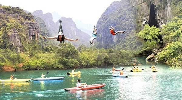 Туристы плавают в реке Чай с Toi пещере после прыжков вниз от линии почтового индекса