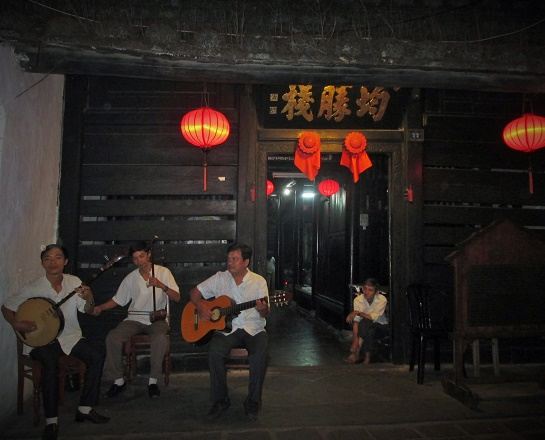 Hoi An ancient town shines on full-moon day-15