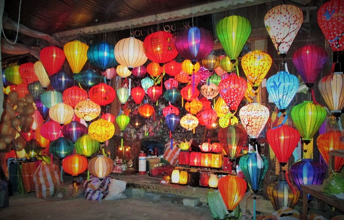 Hoi An ancient town shines on full-moon day-17