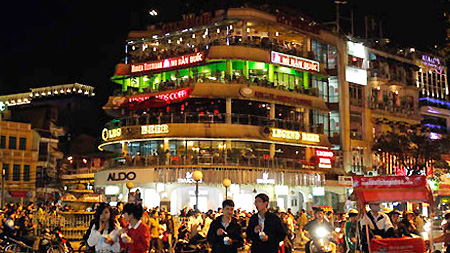 Foreign tourists impressed by Hanoi nightlife