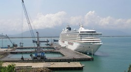 Роскошный лайнер приносит туристов на землю наследия