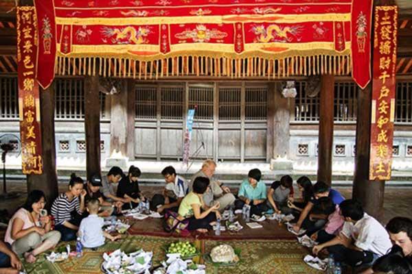 圣野餐: 台氙Dich成员在芹苴下村庙享用午餐.
