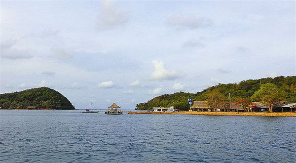 Walking from islet to islet on Ba Hon Dam Island