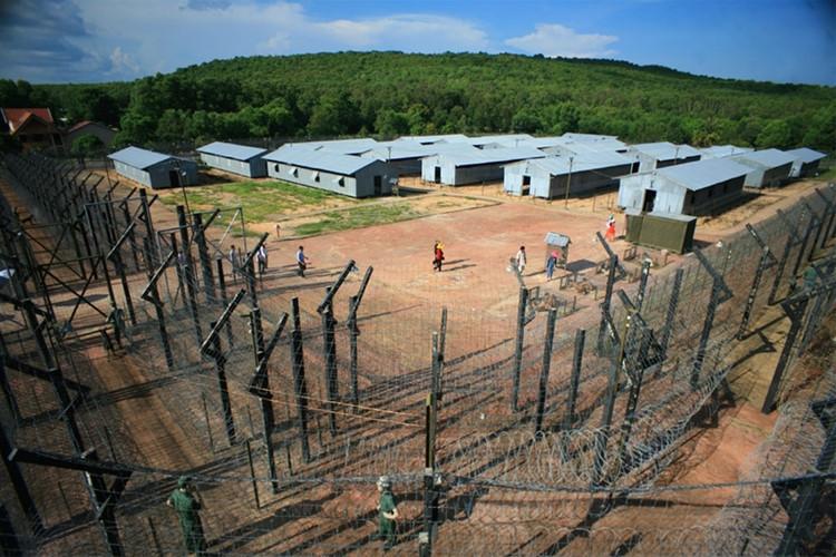 """最初被称为椰子树监狱, 它后来被称为""""人间地狱""""."""