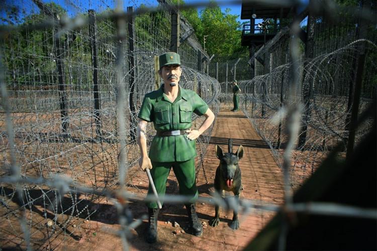 跨越的区域 40 公顷, 监狱是由密集的铁丝网包围.