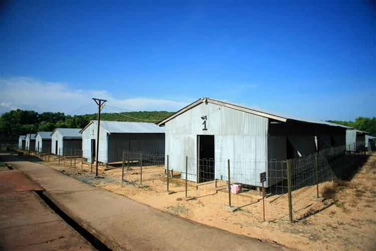 每一个拘留室是 5 米,宽, 20 米长.