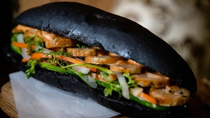 Charcoal-like bread attracts customers in Quang Ninh